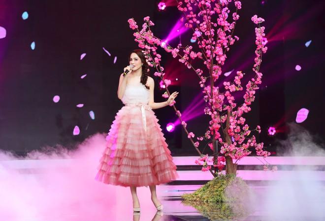 Danh ca Thái Châu 'xao xuyến' trước người đẹp Dương Kim Ánh